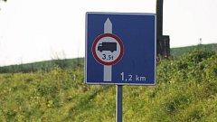 Dopravní značka omezuje dopravu mezi Krnovem a polskými Petrovicemi na 3,5 tuny. Díky plánovaným investicím toto omezení v dohledné době zmizí. Krnov se už těší na obchvat s mezinárodní kamionovou dopravou.