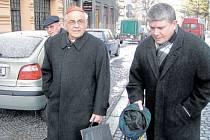 Kardinál Miloslav Vlk se v dubnu 2003 vydal do Krnova, aby se zúčastnil jednání České biskupské biskupské konfederace. Na snímku odchází z kláštera Minoritů v doprovodu pomocného pražského biskupa Václava Malého.