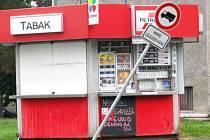 Parta vandalů likvidovala všechno, co jí přišlo pod ruku cestou z centra města do areálu bývalých kasáren.