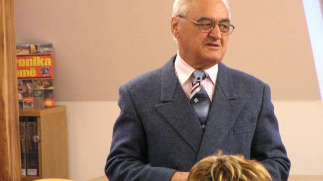 Vladimír Blucha je nejen významný krnovský pedagog, historik, kronikář a spisovatel, ale také hokejový průkopník. Hrál hokej za Botostroj Krnov na postu pravého obránce už v zimní sezoně 1948/1949.