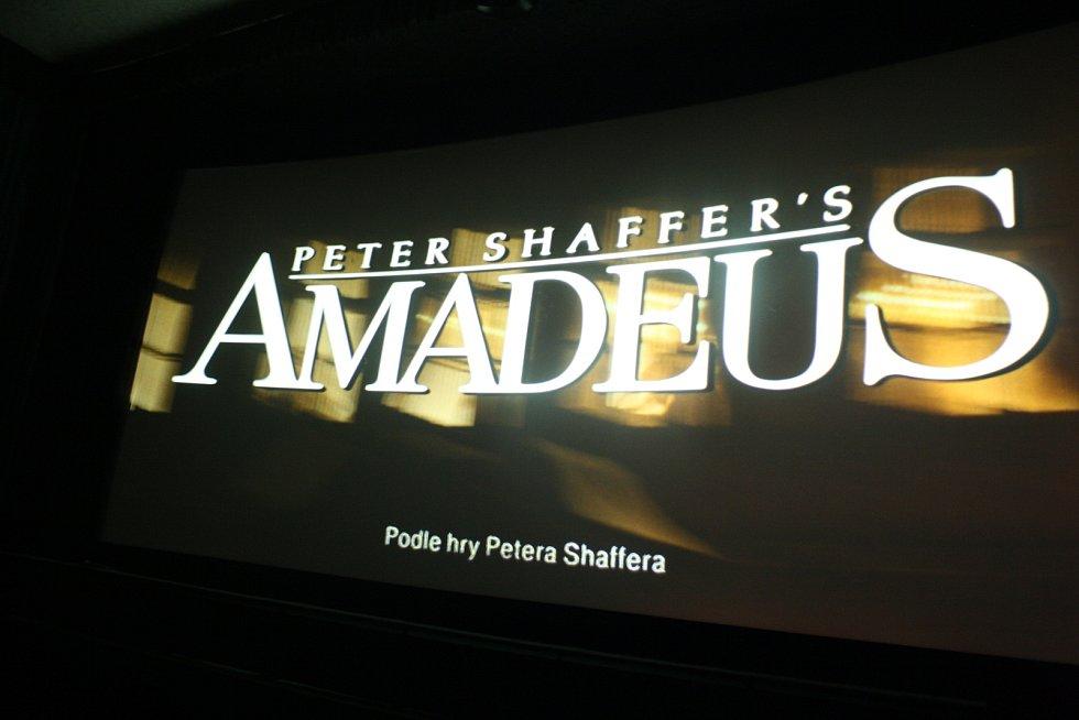 MILOŠ FORMAN zesnul v pátek, zrovna když v Krnově začínal festival Krrr! Organizátoři udělali vše pro to, aby do neděle sehnali jeho slavný film Amadeus a vzdali Formanovi poctu promítáním na extrémně velké zakřivené plátno.