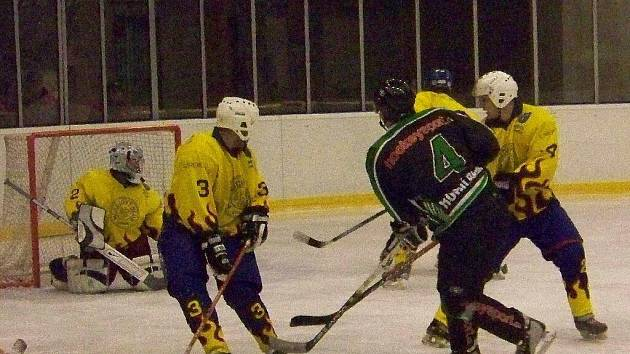 Ve šlágru minulého kola porazil hokejový tým Krnova Horní Benešov a sesadil jej z prvního místa v tabulce.