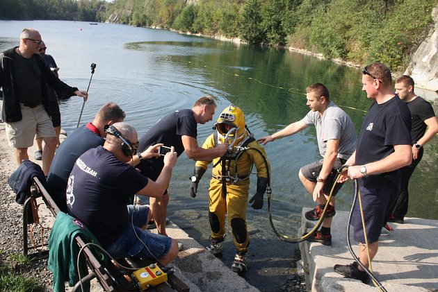 Potápěči z řad policistů a báňských záchranářů uspořádali společné cvičení ve Svobodných Heřmanicích v zatopeném lomu Šifr. Navzájem si půjčovali své vybavení a testovali, zda jsou jejich týmy kompatibilní.