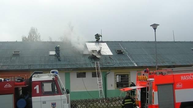 Podkroví restaurace Prezident zachvátil požár se škodou ve výši téměř tři sta padesáti tisíc korun, dalším škodám zabránili pohotoví hasiči.