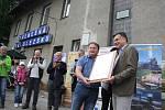 Zahájení sezóny parních jízd na úzkokolejce Osoblažce bylo letos slavnostní. Zástupce Správy železniční dopravní cesty SŽDC předal obcím symbolický klíč od nádražních budov.