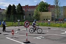 Dětské dopravní hřiště u Základní školy na Cihelní ulici v Bruntále doznalo oprav, takže se na něm mohou školáci dál učit značky a křižovatky.