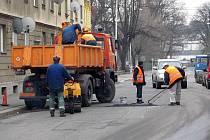 Technické služby Krnov se v uplynulých dnech namísto zimní údržby, odhrnování sněhu a solení pustily do opravy vozovek.