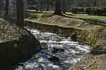 Nejdostupnější vodopád je v Karlově Studánce hned vedle parkoviště. Byl postaven koncem 19. století pro potěšení lázeňských hostů.