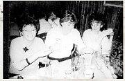 KOLEGYNĚ z krnovského podniku Řempo v roce 1989 při oslavě v krnovské Kolibě.