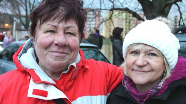 Alena Svobodová, tradiční účastnice otužileckého Bruntálského krystalku s vedoucí oddělení kultury bruntálské radnice Alenou Pajkošovou (zleva).