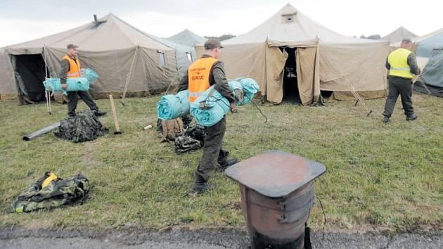 Armáda je připravena pomoci, pokud by záchytná a ubytovací centra nestačila pro přijetí většího počtu běženců. Potvrdila to cvičná výstavba vojenské humanitární základny na Libavé.