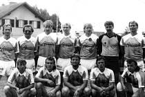 Historický snímek z poloviny devadesátých let, fotbalové mužstvo mužů Olympie Bruntál, které tehdy hrálo okresní soutěže na Mezinárodním turnaji v rakouském Salcburku.