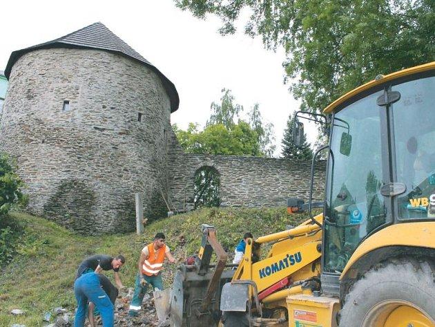 Úklid pod Baštou. Pracovníci Technických služeb Bruntál při úklidu lokality, která se změní na nový bruntálský park.