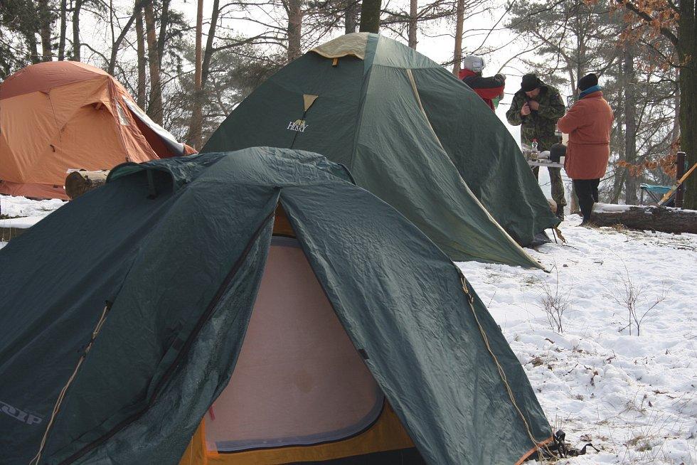 Nocleh ve stanu při čtrnácti stupních pod nulou a spoustu zábavy si užili táborníci pod úvalenskou rozhlednou.