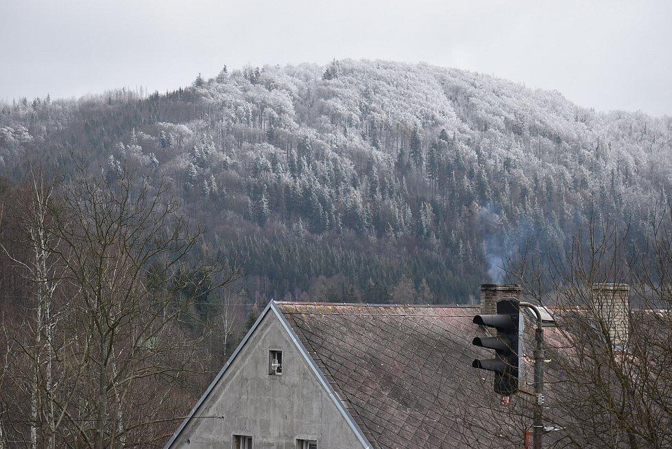 Krajina kolem Valšova v neděli odpoledne nabídla překvapivě ostrou hranici mezí sněhem a deštěm.