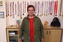 Jaroslava Mlčohová většinu života prožila v ústavní péči. Od počátku května se zabydluje v novém chráněném bydlení Harmonie. V devadesátých letech vynikala v řadě sportů, takže dnes s hrdostí může stěny svého nového příbytku vyzdobit medailemi.