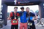 Nejrychlejší běžci Longu – Tomáš Klimša a Dominik Chlupáč s ambasadorem Zbyňkem Cyprou.