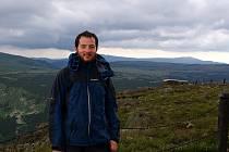 Ondřej Kielar právě doputoval na Sněžku, nejvyšší horu nejen Krkonoš i České republiky. Tyčí se do výšky 1602 metrů nad mořem.