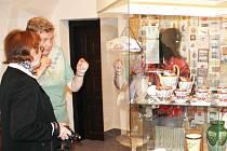 Lidé si prohlíží předměty, které za posledních pět let rozšířily sbírky bruntálského muzea.