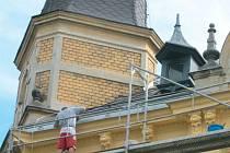 Oprava historické fasády budovy mateřské školy ve Svatováclavské ulici v Krnově dala řemeslníkům zabrat.
