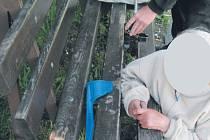 V koncích se ocitla přiopilá seniorka, která si zasekla ruku mezi šprušlemi lavičky u městského hřbitova.