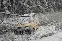 Sněhová kalamita na Bruntálsku způsobila jen dvě opravdové dopravní nehody. Oba řidiči měli jen přes dvacet let, snad smyk způsobil nedostatek praxe. Škoda je přes čtyři sta tisíc korun.