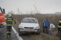 Při nehodě v Leskovci nad Moravicí ze 17. listopadu skončilo auto na střeše, avšak jeho dvoučlenná posádka vyvázla bez zranění.