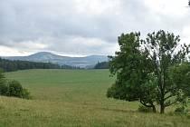 Sopku Malý Roudný zastínil populárnější bratr Velký Roudný. V sedle mezi nimi vede silnice do Křišťanovic.