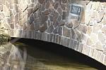 Udělejte si někdy výlet kolem náhonu, který přivádí vodu pro umělý vodopád v Karlově Studánce.