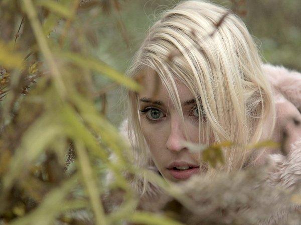 Herečka Adéla Petřeková zKrnova má sice za sebou řadu výtečných divadelních rolí, ale filmovým a televizním divákům je její tvář zatím téměř neznámá.