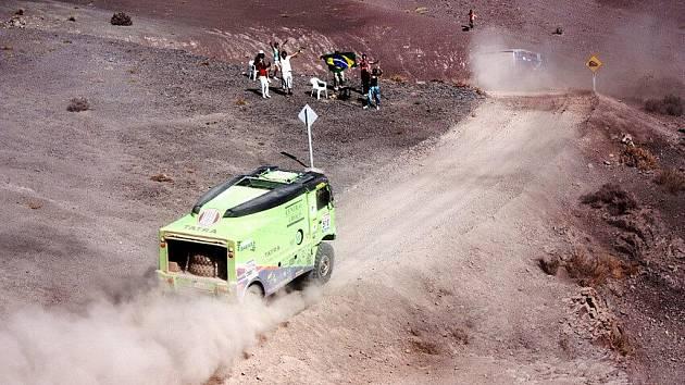 Prach v poušti působil jezdcům páté etapy Rallye Dakar 2010 potíže, chvílemi neviděli ani na padesát metrů před vozidla.