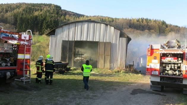 Sedm jednotek hasičů zasahovalo v úterý večer v Karlovicích u požáru ocelokolny, v níž byly uskladněny metráky sena.