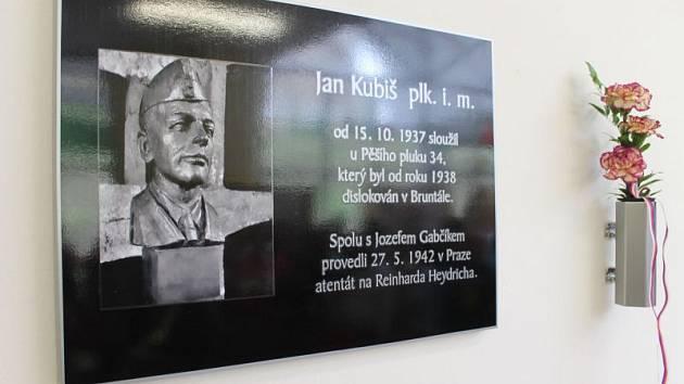 K sedmdesátému výročí osvobození našeho města a země od nacismu a k uctění památky hrdiny Jana Kubiše ve čtvrtek v Bruntále odhalili pamětní desku.