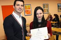 Jana Samsonová s cenami za skvělé výsledky v celorepublikové soutěži Angličtinář roku. Ceny předával Lukáš Kerhart.