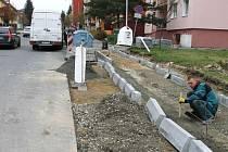 Motoristé se po rekonstrukci chodníku v Jiráskově ulici mohou těšit na bezpečnější parkování, které přinese rozšíření silnice.