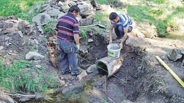 V těchto dnech pracovníci města čistí od bahna odvodňovací systémy v lokalitě ulic Polní a Pod Hůrkou.