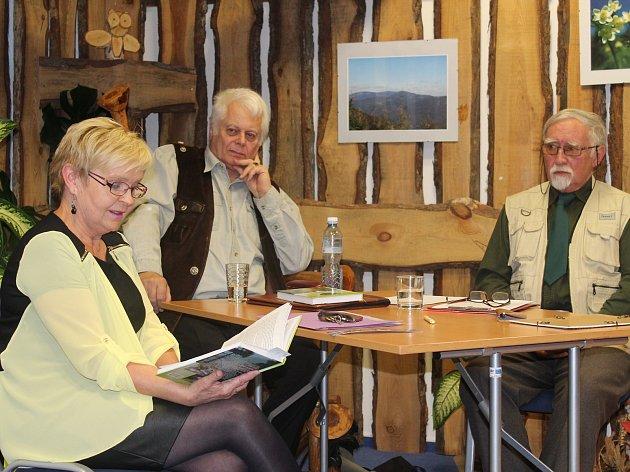 Ředitelka vrbenské knihovny Hana Janků přečetla ukázku z knihy spisovatele Štěpána Neuwirtha (uprostřed), který naslouchal spolu s Otou Bouzkem (vpravo).