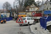 Práce na výstavbě nového mostu přes potok Polička v Břidličné v listopadu finišují. Zbylý materiál poslouží na rozšíření parkoviště v Jesenické ulici.