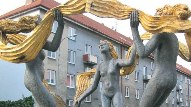 Tři Grácie Olbrama Zoubka dnes stojí v Krnově před koncertní síní. Původně ale tančily v krnovském parku Lidových milicí vedle srpu a kladiva. Je to zajímavá historie, jak se umělec pronásledovaný režimem dostal k této krnovské zakázce.