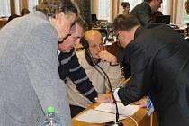 Bruntálští zastupitelé (zleva) Miloslav Petrů (TOP 09), Karel Svoboda (KSČM), Jan Balog (VV) a starosta Petr Rys (BRUNTÁL 2010) na listopadovém zasedání probírali i možnost výstavby domů v ulici T. Kronesové.