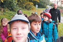 Kroužek Zvídálek z krnovské školní družiny se tentokrát vydal na Cvilín. Vedoucí Střediska ekologické výchovy SEV Krnov Martin Bodešínský jim vyprávěl o tom, co se děje v podzimní přírodě.