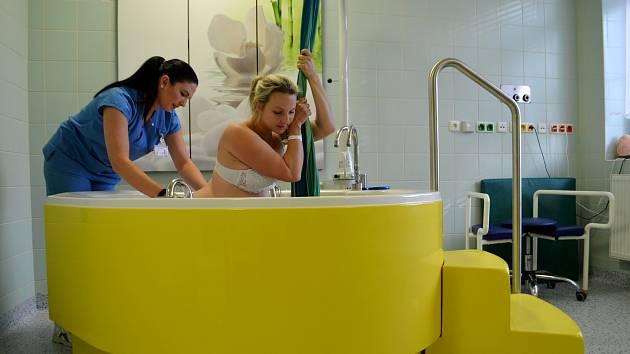 Novou porodní vanu pořídili do krnovské porodnice v minulém roce. S porody do vody v SZZ Krnov začínali před mnoha lety jako jedni z prvních ve střední Evropě.