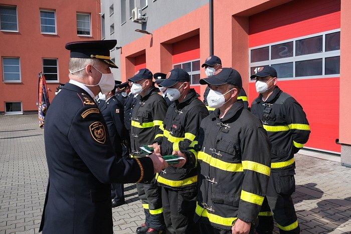 Letos je předávání medailí hasičkám a hasičům HZS MSK komornější – jen podle okresů a bez diváků. Zde opavští hasiči.