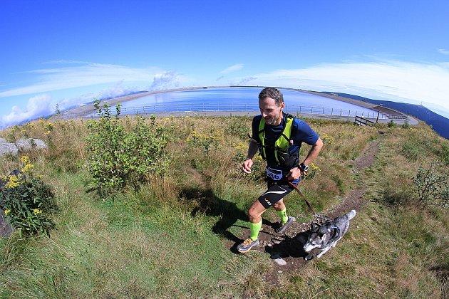 Seriál horských běhů a trekingu láká běžce, mezi kterými jsou velké věkové ivýkonnostní rozdíly.Teď se knim přidali idogtrekaři se psy.