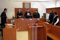 Zleva státní zástupce Miroslav Kotrla, soudní senát soudce Lumíra Čablíka (uprostřed) a odsouzená úřednice Dagmar Bogdaniková se svým obhájcem při vyhlášení rozsudku.