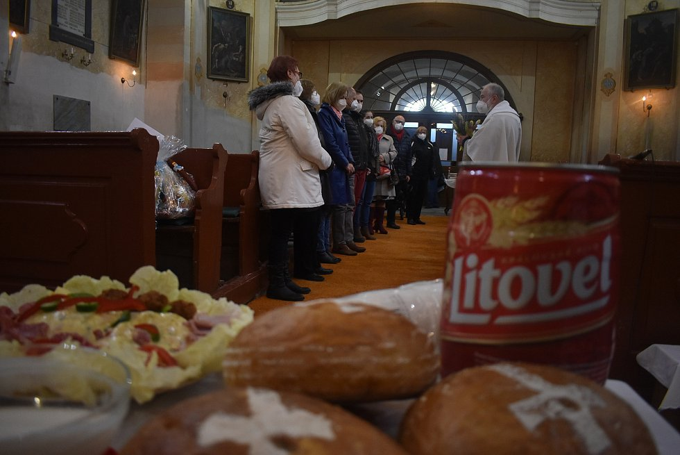 Podívejte se, jak velikonoční žehnání pokrmů probíhalo v kostele v Holčovicích. Duben 2021.