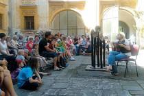 Vernisáž na zámku ve Slezských Rudolticích zahájila pozoruhodnou výstavu Photo NoPhoto, která zde bude přístupná až do konce září. Představuje vedle děl českých autorů také umělce z Chile, USA nebo z Brazílie.