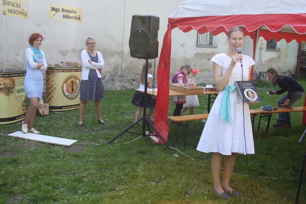 Specialistka na historickou gastronomii Kristina Šemberová na náměstí ve Městě Albrechticích prozradí, jak se stravovali naši předci. Nabídne ochutnávku a kuchařku receptů, které objevila v archivech.
