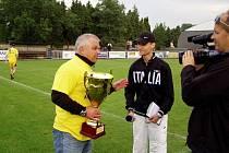 Loni přebíral kouč Hudský pohár pro vítěze krajského přeboru. Pak přišel pád z divize. Jak si Krnov povede letos?
