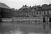 Náměstí Míru v Bruntále. Oslava Prvního máje, přelom padesátých a šedesátých let minulého století.